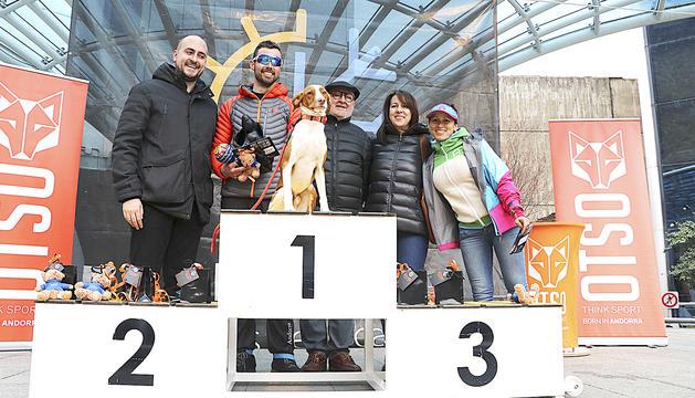 El podi de l'edició de l'any passat, amb el guanyador, Xavi Jové, i el seu gos, 'Gares'.