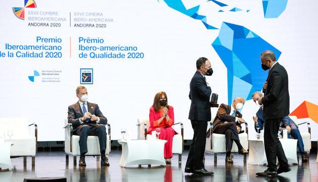 El director general, Jordi Nadal, va rebre el premi de mans del cap de Govern.