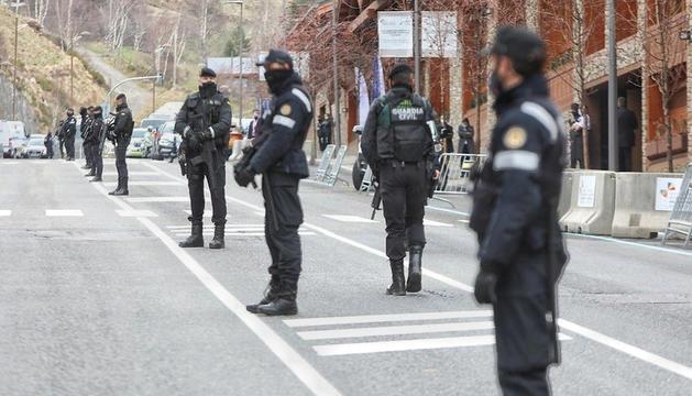 Agents de policia espanyols i andorrans vigilant la seguretat.