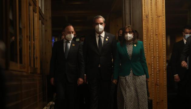 Xavier Espot, Luis Abinader i Rebeca Grynspan anant cap a la sala de premsa.