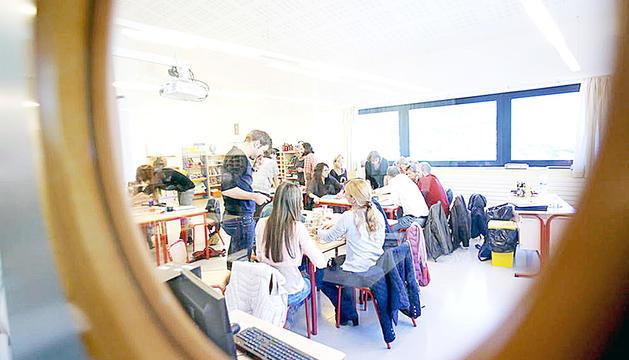 Un grup de professors treballant en una aula.