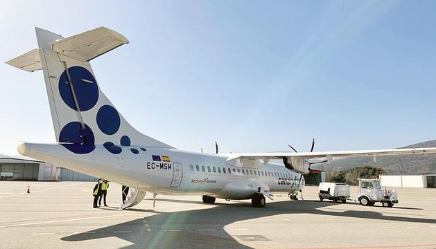 L'avió d'Andorra Airlines durant el primer vol a l'aeroport.