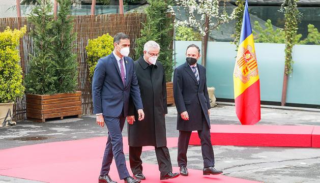 Pedro Sánchez,Joan-Enric Vives i Xavier Espot accedint a la clausura de la trobada.
