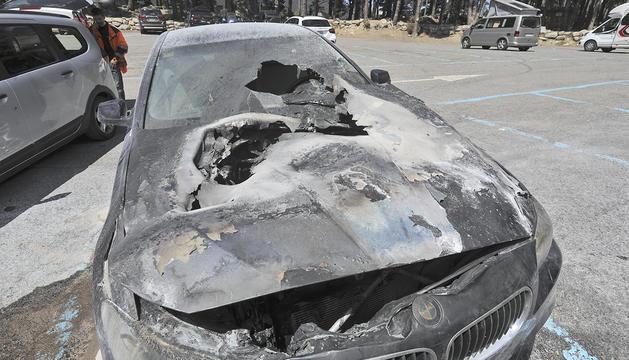 El cotxe incendiat a l'aparcament d'Engolasters