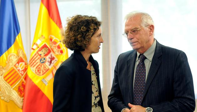 Maria Ubach amb Josep Borrell a l'edifici administratiu de Govern.