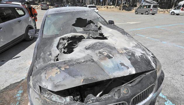 El cotxe incendiat a l'aparcament d'Engolasters.
