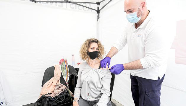 Una dona rebent la vacuna durant la Diada de Sant Jordi.