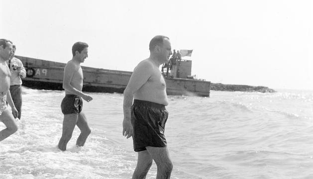 Manuel Fraga, aleshores ministre d'Informació i Turisme, banyant-se a la platja de Palomares, on havien caigut tres bombes nuclears.