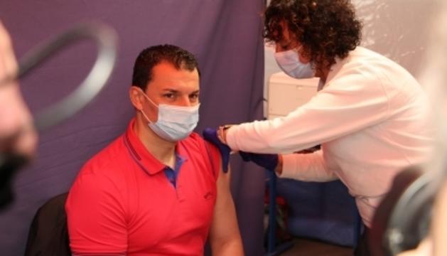 El ministre de Presidència, Economia i Empresa, Jordi Gallardo, rebent la vacuna d'AstraZeneca.