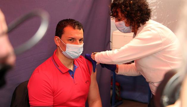 El ministre de Presidència, Economia i Empresa, Jordi Gallardo, rebent la vacuna.
