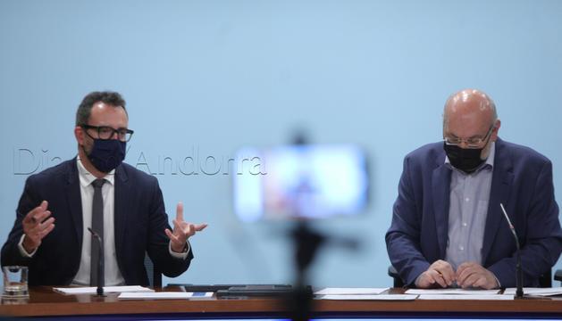 El ministre Víctor Filloy i el director del departament d'Afers Socials, Joan Carles Villaverde, en la roda de premsa d'aquest matí.
