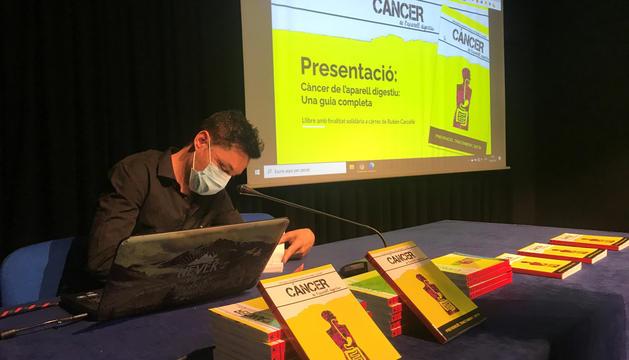 Rubén Carcellé signant alguns llibres durant la presentació.
