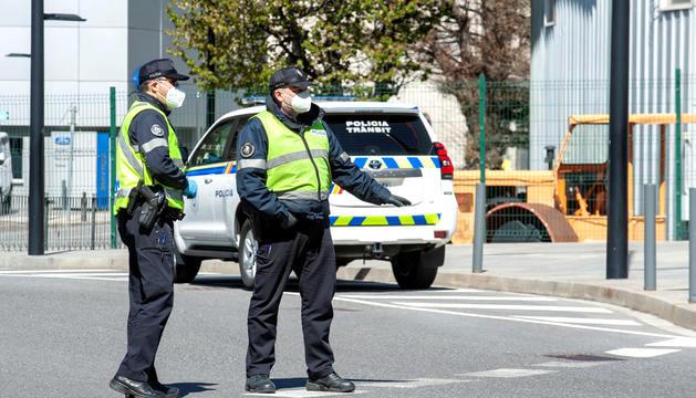 Dos agents de la policia realitzant un control.