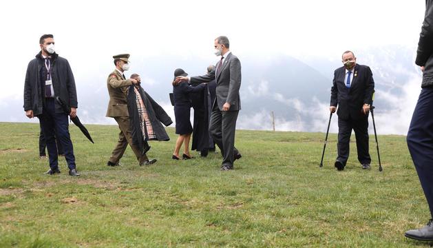 Un militar espanyol porta corrent la jaqueta a Felip VI després de la foto oficial.