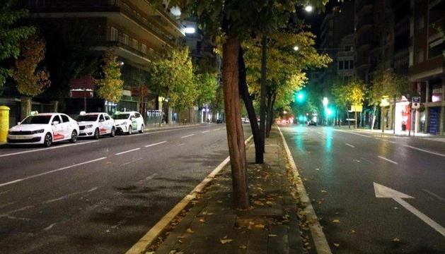 Un carrer d'una ciutat catalana durant el toc de queda.