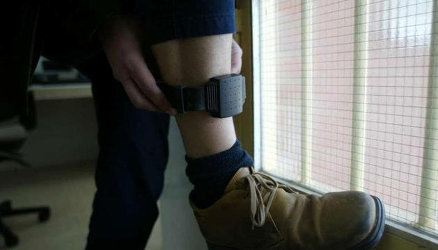 Una pulsera telemàtica que es col·loca a la cama de la persona.