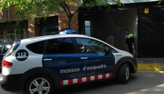 El cotxe dels mossos d'esquadra que va transportar un dels acusats al jutjat de la Seu.