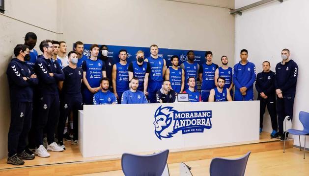 Els jugadors i tècnics del MoraBanc, durant la lectura del comunicat conjunt.