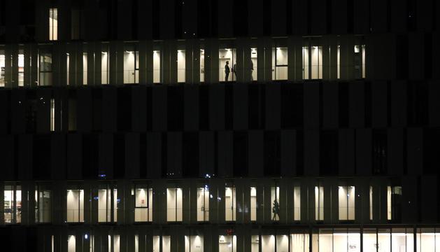 Vista nocturna de la seu de la Justícia.