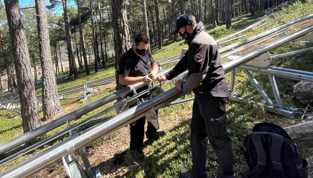 Els tècnics ultimant les infraestructures del parc.