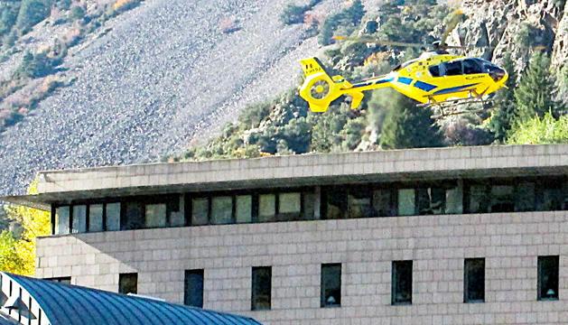 L'helicòpter aterrant al sostre de l'hospital.