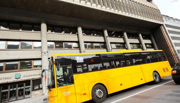 Bus de Coopalsa davant de l'edifici de Govern.