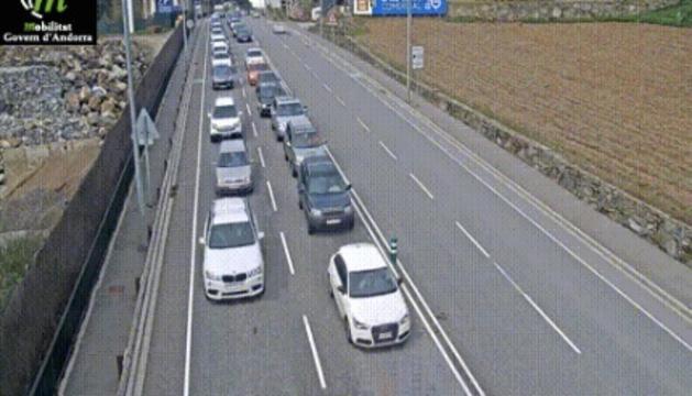 Vehicles avançant molt lentament cap a la frontera, aquesta tarda.