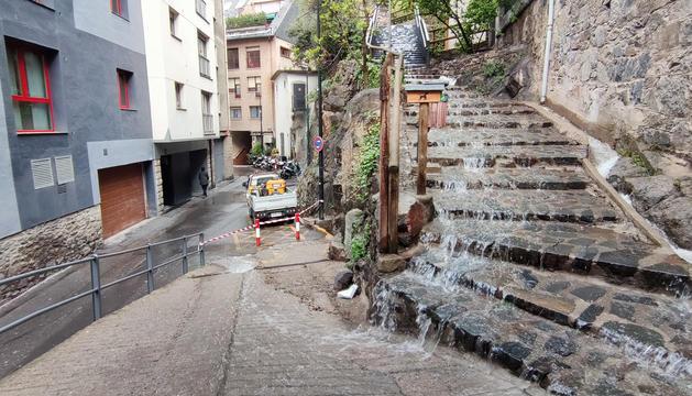 L'aigua que ha caigut cap a baix per la caiguda del mur.