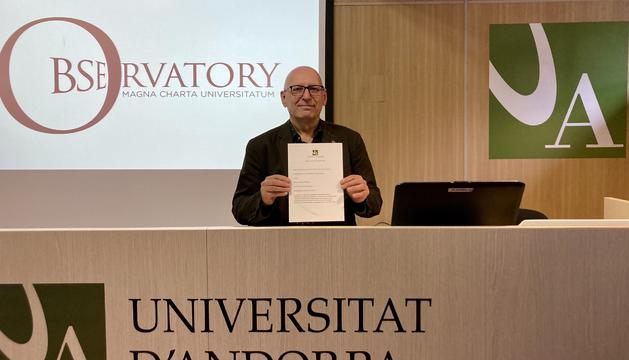 Miquel Nicolau amb el document signat avui