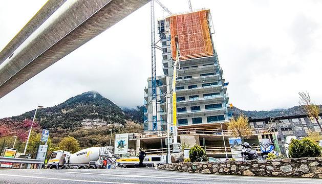 Una de les torres ubicades al centre d'Escaldes.