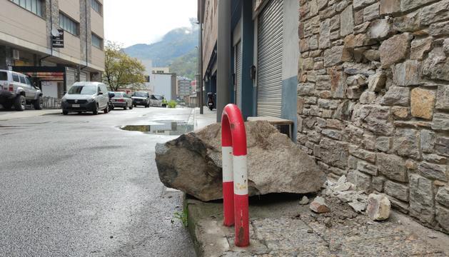 El roc que va arribar al carrer dels Barrers.