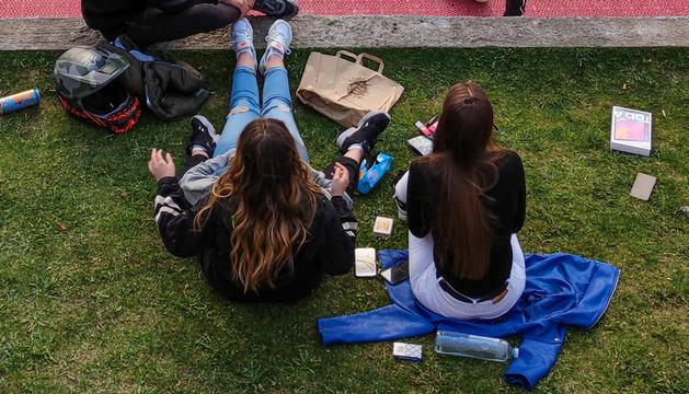 Un grup d'adolescents al Prat del Roure, a Escaldes-Engordany.