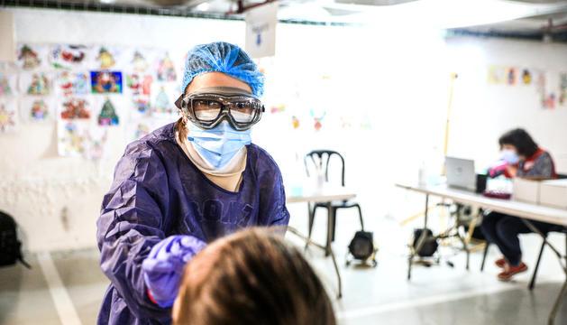 Una infermera realitzant una prova TMA.