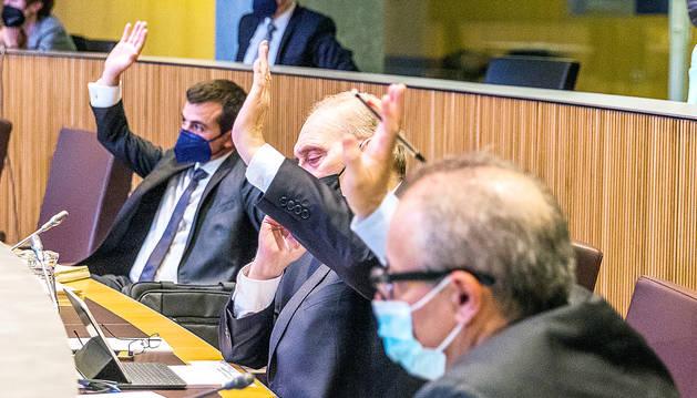 Els consellers de terceravia s'abstenen de la votació.
