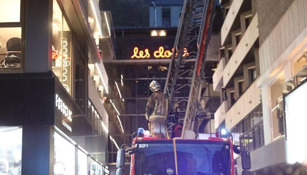 El cos de bombers encara hi està actuant fent ús d'un camió escala