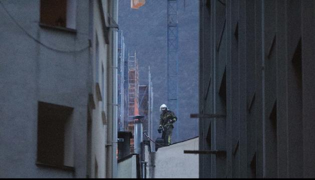 Un bomber actuant en la xemeneia on s'ha originat el foc