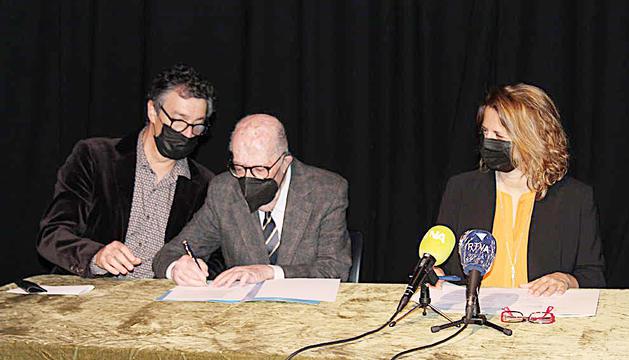 Antoni Pantebre signant l'acord de donació.