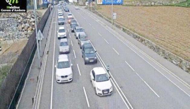 Vehicles avançant cap a la frontera, ahir a la tarda.