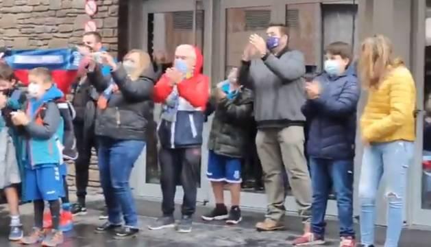 Una quarantena de persones ha rebut l'equip amb aplaudiments quan han arribat al Poliesportiu.