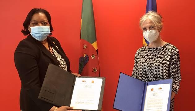 L'ambaixadora i representant permanent d'Andorra a les Nacions Unides, Elisenda Vives, i la seva homòloga de la Mancomunitat de Dominica,LoreenRuthBannis-Roberts signant l'acord