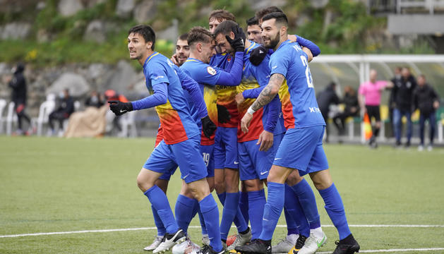 L'equip celebra el primer gol de la tarda, el signat per Víctor Casadesús al quart d'hora de partit.