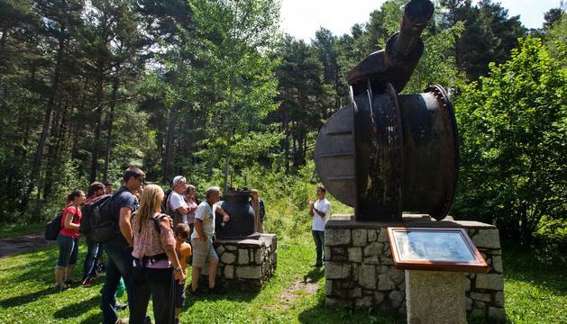 Visitants al camí hidroelèctric d'Engolasters en un estiu passat