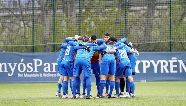 Els jugadors tricolors fent pinya al duel de diumenge contra el Vila-real B.