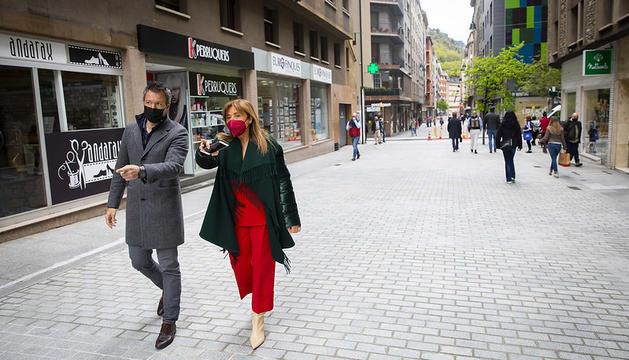 La cònsol major, Conxita Marsol, i el cònsol menor, David Astrié, visiten el carrer Callaueta