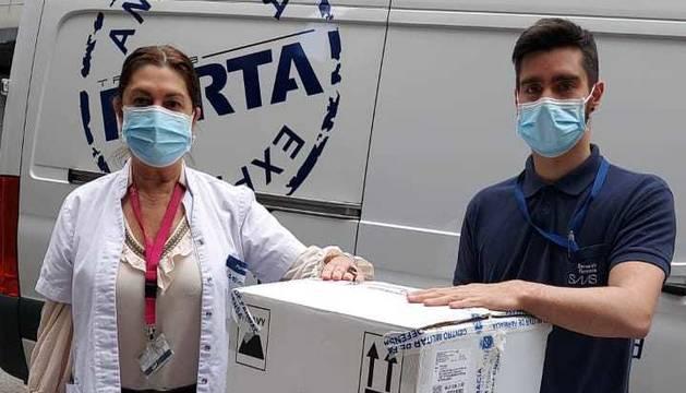 La Cap del Servei de Farmàcia del SAAS Elvira Gea, ha recollit la nova remesa de vacunes