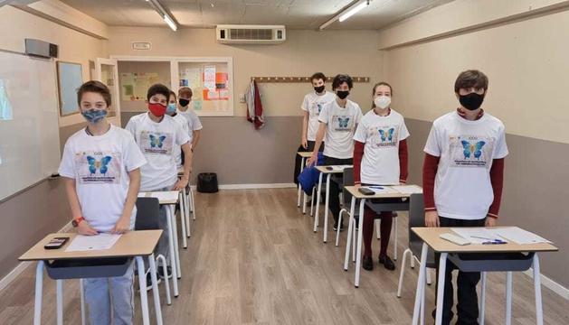 Estudiants abans de la prova amb la samarreta del cartell d'enguany