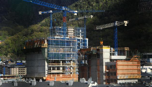 Edificis en construcció al centre d'Escaldes.