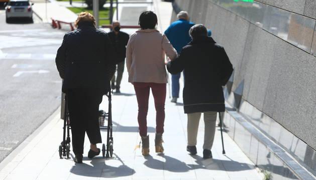 Uns avis, acompanysts, surten a passejar ahir al centre d'Escaldes