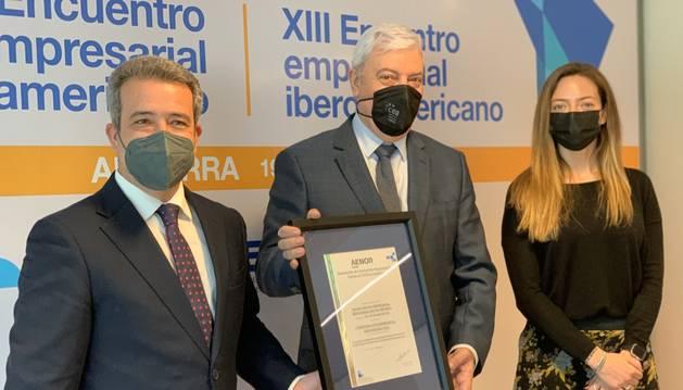 Gerard Cadena, president de la CEA, Helena Mas i Ángel Luís Sánchez, director d'AENOR durant l'entrega