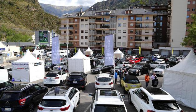 Cotxes a l'aparcament del Camp Gran.